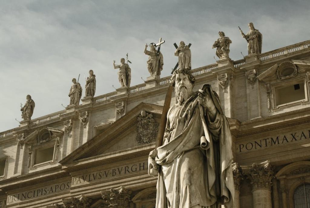 рендер 3D-модели античного строения и статуй